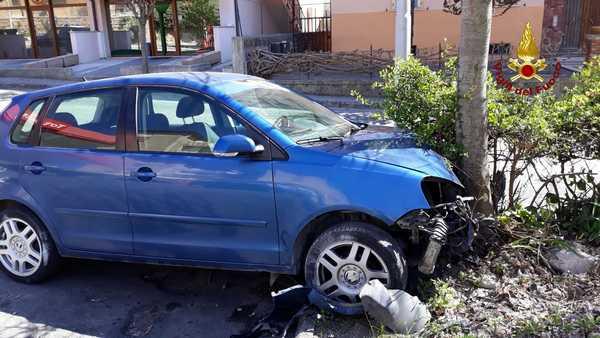 Incidente stradale tra un camion e un'auto: un uomo ferito