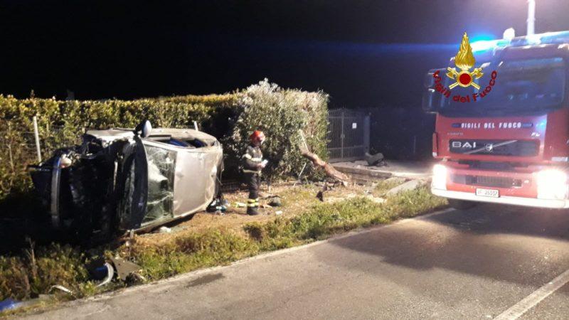 Auto esce di strada e si ribalta: feriti il conducente e una bimba di due anni