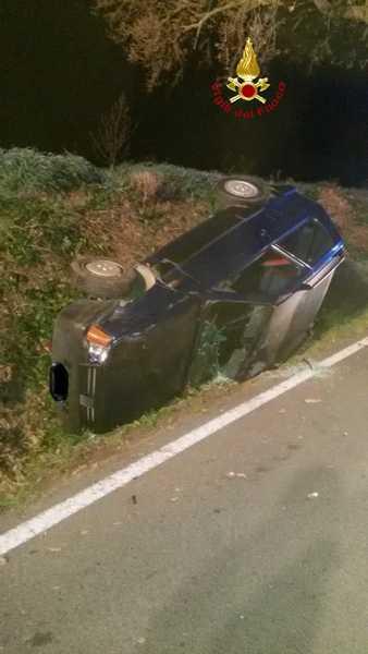 Auto esce di strada e si ribalta: quando arriva il 118 il conducente è fuggito