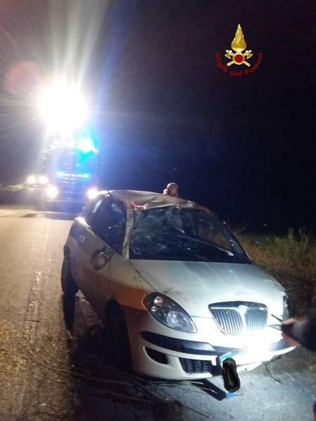 Auto esce di strada, si ribalta e finisce in una fossa: ferita una donna
