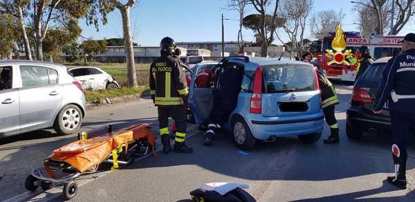Incidente stradale in via Senese: scontro tra due auto, ferito un uomo
