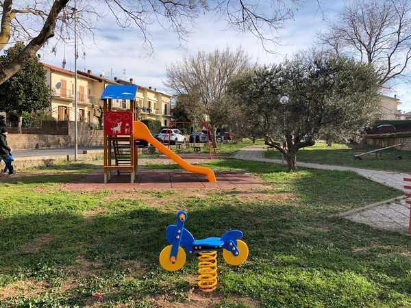Altalene, scivoli e giostre a molla colorate: il Comune riqualifica il parco giochi