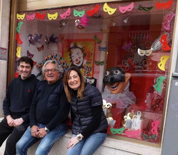 """""""Vetrine vestite a Carnevale"""": due negozi vincono il concorso"""