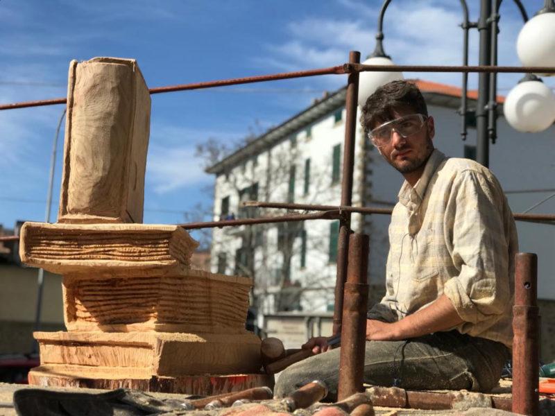 Arcidosso celebra la Festa degli alberi: dai tronchi nasce una libreria all'aperto
