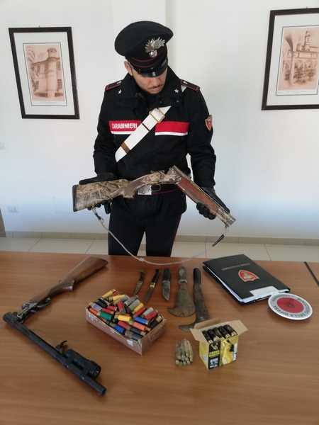 Photo of Inseguiti dai Carabinieri, gettano fucili clandestini dal furgone: arrestati