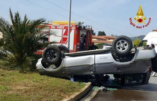 Auto sbanda e si ribalta: due persone ferite