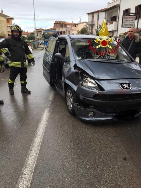 Scontro tra due auto: una donna ferita, traffico bloccato