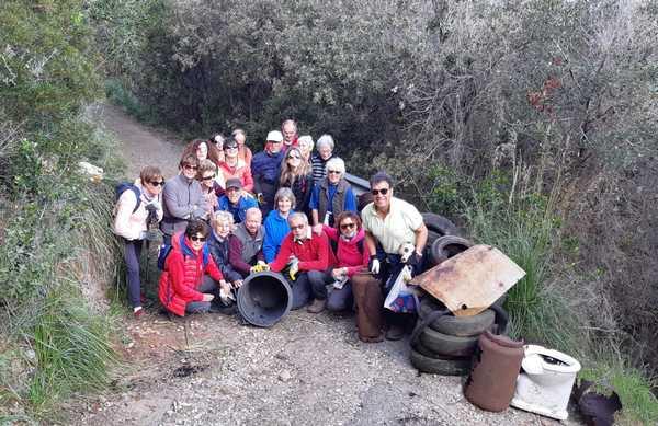 I volontari ripuliscono il sentiero dei fari: ritrovati anche uno scooter, pneumatici e un bidet