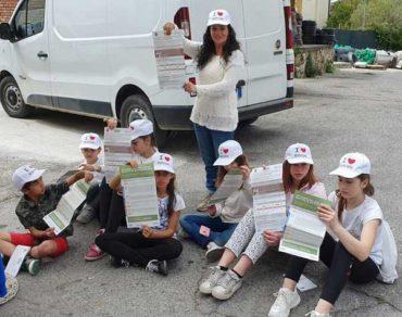 Raccolta differenziata: studenti, genitori e Comune distribuiscono un vademecum ai cittadini