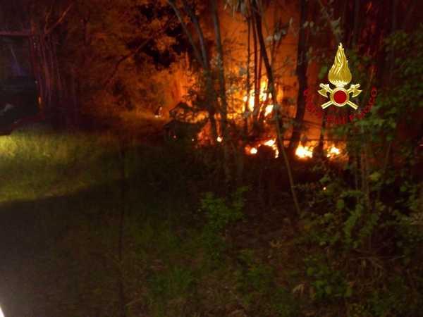 Incendio in un bosco: le fiamme distruggono un camper e una baracca