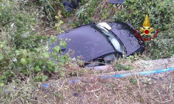 Incidente sull'Aurelia: auto sbanda e finisce in un canale, ferita una donna