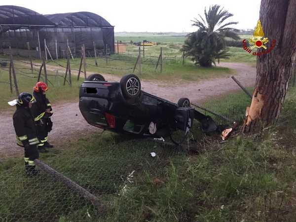 Incidente all'alba: auto esce di strada e si ribalta, ferita una donna