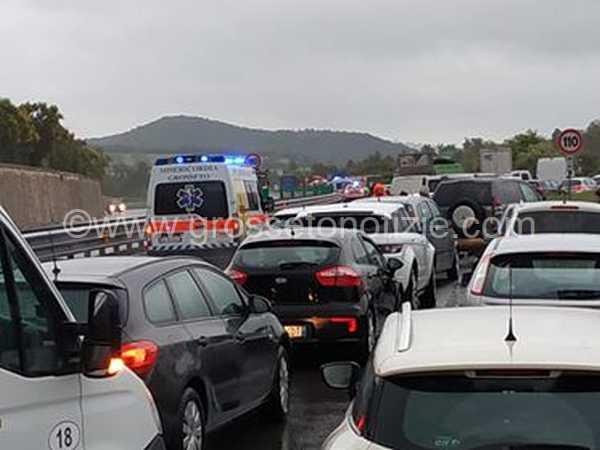 Doppio incidente sulla Senese: coinvolti tre camion e dieci auto, traffico bloccato