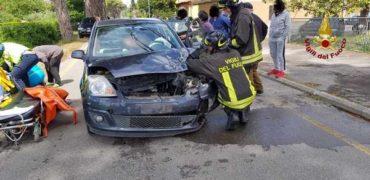Tamponamento tra due auto: due persone ferite