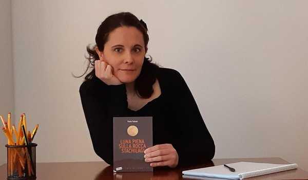 """""""Luna piena sulla Rocca Stachilagi"""": Paola Fabiani firma le copie del suo nuovo libro"""
