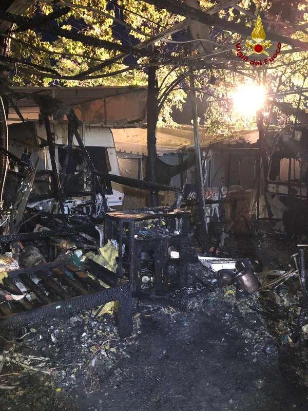 Incendio in un campeggio: in fiamme due roulotte