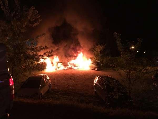Incendio nel parcheggio del ristorante: auto in fiamme, evacuato il locale