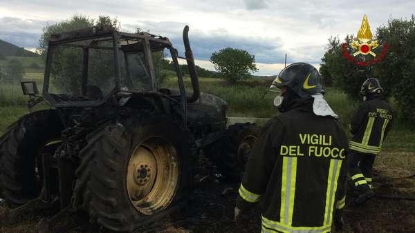 Trattore in fiamme: intervento dei Vigili del Fuoco