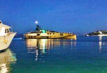 "Photo of Khalilah: il famoso superyacht ""tutto d'oro"" attracca all'Argentario"