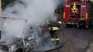 Photo of Auto distrutta da un'incendio: i Vigili del Fuoco spengono le fiamme